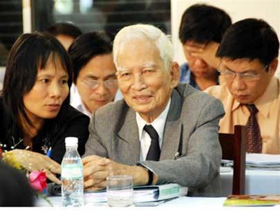 """GS Hoàng Như Mai tại cuộc hội thảo """"Nâng cao chất lượng, hiệu quả giáo dục phổ thông"""" tổ chức tại TP.HCM."""