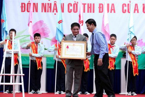Ông Dương Công Khanh, Chủ tịch UBND Q.11, trao Huân chương Lao động hạng ba cho đại diện Trường Trương Vĩnh Ký