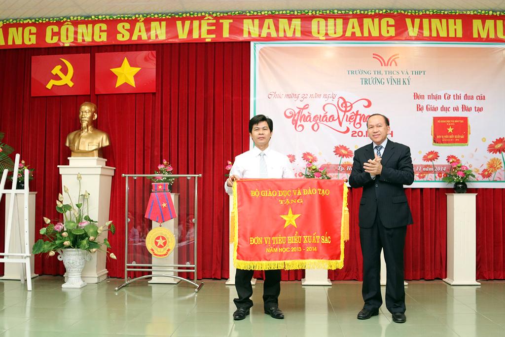 Trường TH, THCS, THPT Trương Vĩnh Ký đón nhận cờ thi đua của Bộ GD và ĐT